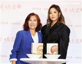 A-Lin、媽媽出席老媽拌麵。(記者邱榮吉/攝影)