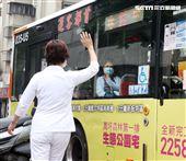 和平醫院2確診22醫護急送隔離2部專車採梅花座,赴防疫旅館隔離。(記者邱榮吉/攝影)