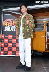 姚元浩帶著李玖哲走遍台灣大街小巷介紹當地美食。(記者邱榮吉/攝影)