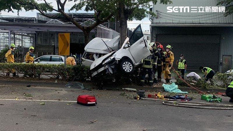 台中轎車撞樹畫面曝光 車體對折2死