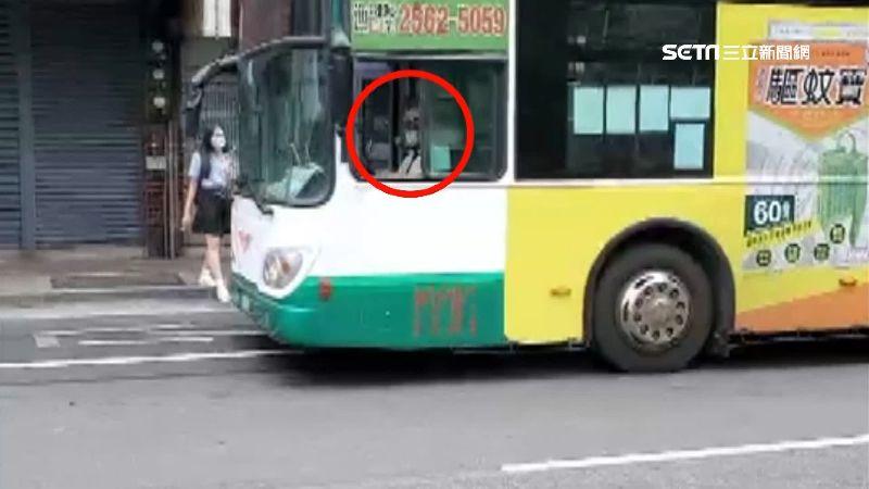 不怕怪怕不夠!公車司機戴安全帽出車