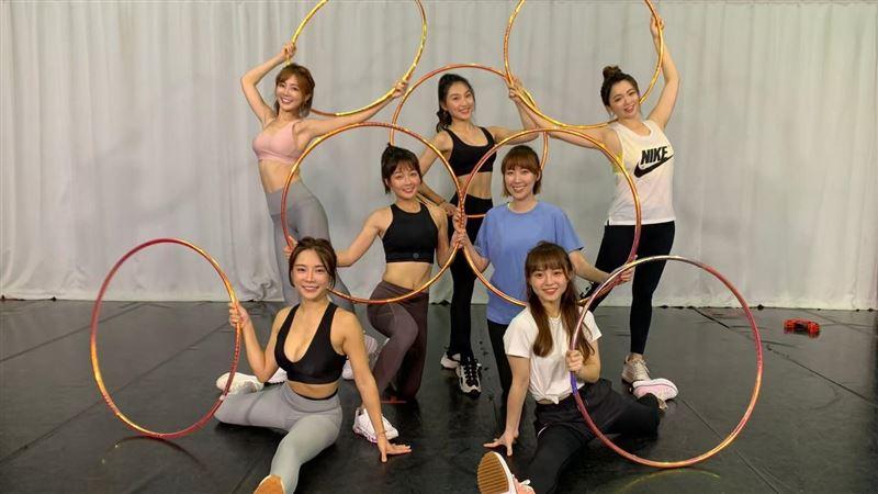 啦啦隊女神挑戰呼拉圈 竟變舞蹈對決
