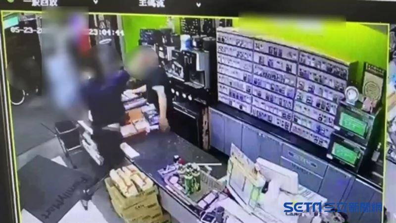 拉下口罩喝飲料被打斷 男竟痛毆店員