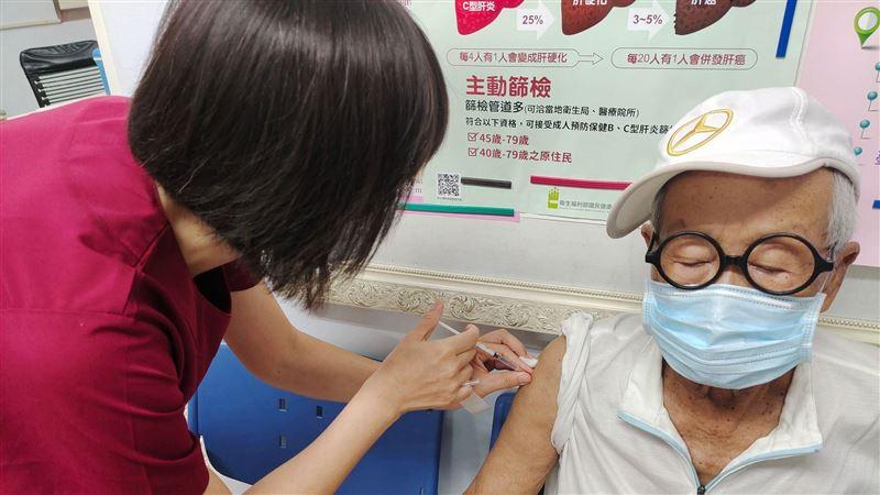 獨/90歲脫線打完疫苗 驚傳發燒中