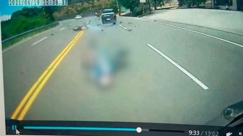 驚悚畫面曝!重機壓車過彎撞2車慘死