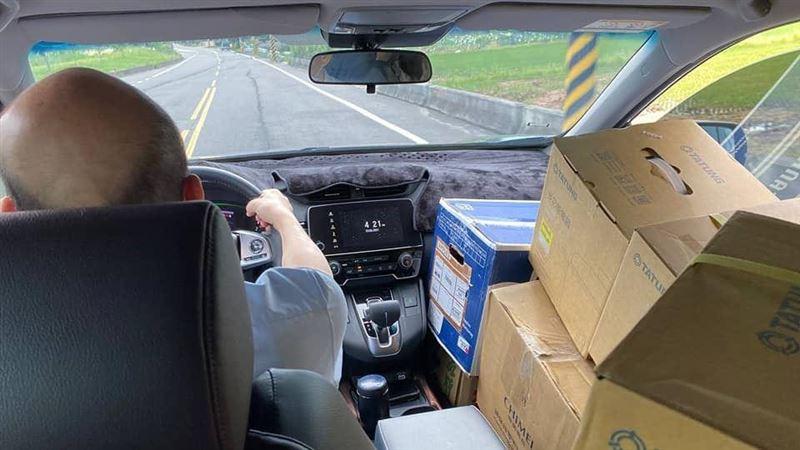 韓國瑜挺北農!捐100份蔬果到偏鄉 親送電鍋給育幼院