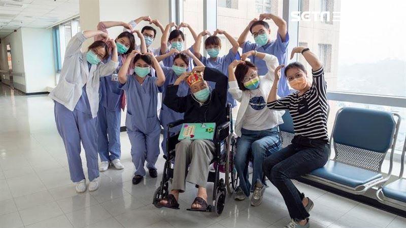 染疫搏鬥21天!103歲張爺爺出院了 他激動:台灣加油