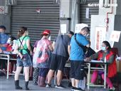 環南市場攤商做PCR篩檢。(記者邱榮吉/攝影)