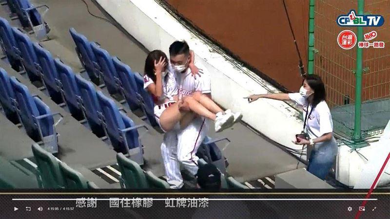 跳到雙腿抽筋 啦啦隊女神癱軟在看台