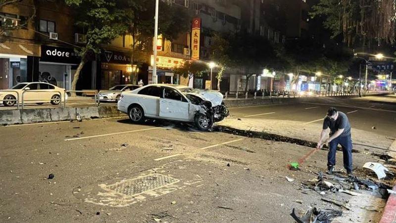 北市自撞車禍 賓士失控波及8台機車