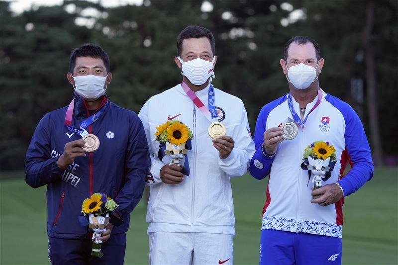 高球賽事中華隊選手潘政琮獲勝奪銅(左)、金牌得主蕭佛利(中)、奪得銀牌的斯洛伐克選手羅里·薩巴蒂尼。(圖/達志/美聯社)