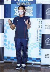 台灣奧運羽球隊戴資穎帶著銀牌及滿滿的行李返國受到粉絲熱烈歡迎。(記者邱榮吉/攝影)