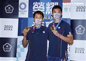東京奧運羽球男子雙打「麟洋配」王齊麟、李洋,拿下羽球男雙的金牌返國受到粉絲熱烈歡迎。(記者邱榮吉/攝影)