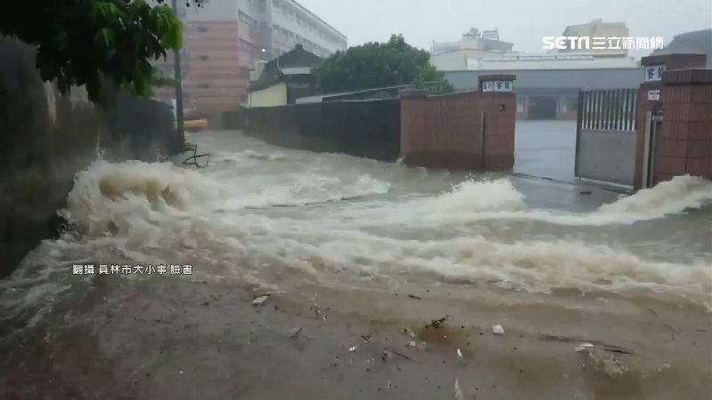 山坡雨水往下流 家門前馬路變水路