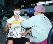 焦糖哥哥陳嘉行施打高端疫苗。(記者邱榮吉/攝影)