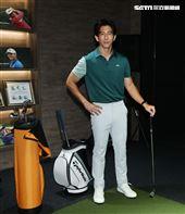 地表最強愛家好男人修杰楷現場示範室內高爾夫模擬器Full Swing,以及介紹鷹 house Bistro 特殊的私廚餐酒設計。(記者邱榮吉/攝影)