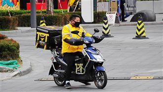 颱風天不休息 上海外送員搶單賺外快