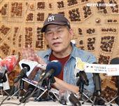 澎恰恰在林姓友人的陪同下,召開記者會澄清並沒有和連千毅談妥2000萬的合作案。(記者邱榮吉/攝影)