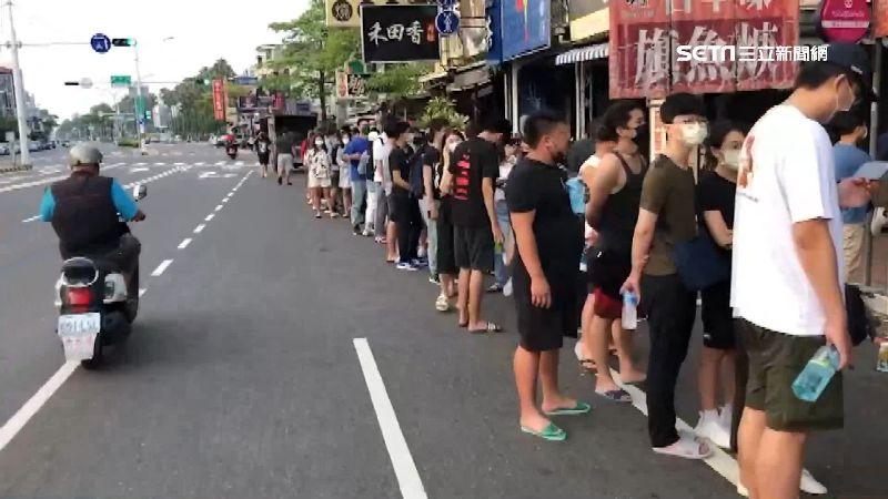 連假第2天!台南牛肉湯名店排到隔壁