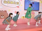 曾之喬出席代言活動與小朋友童趣唱遊。(記者邱榮吉/攝影)