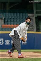 張震於新莊棒球場為富邦悍將開球。(圖/記者楊澍攝影)
