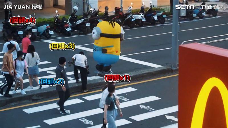 街頭突出現充氣娃娃溜滑板 路人看傻