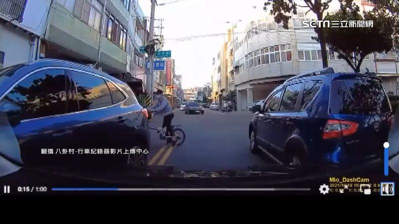 馬路亂象全上演!開車遭譏玩闖關遊戲