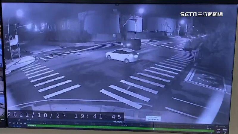 無視閃紅燈 2車對撞撞凹環保局大門